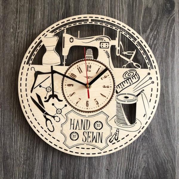 Дизайнерський настінний годинник з дерева в ательє