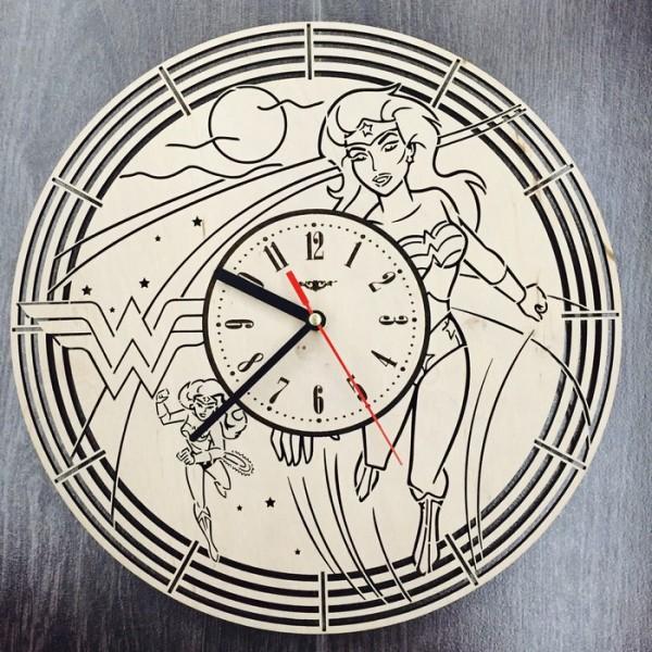 """Настінний годинник з дерева """"Чудо-жінка"""""""