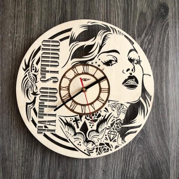 Настінний годинник з дерева в тату салон