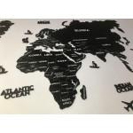 Одношарова чорна мапа світу з дерева з гравіруванням країн, столиць та штатів