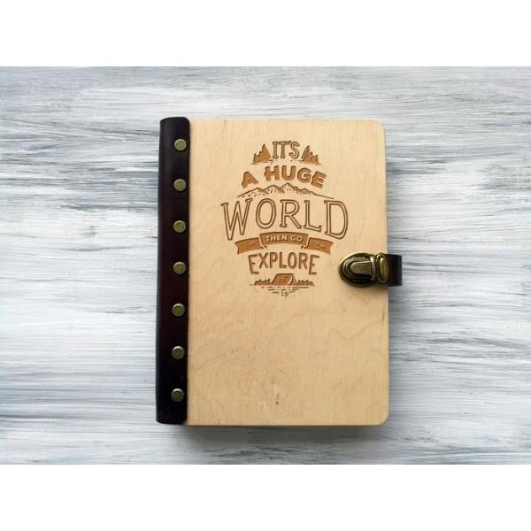 """Блокнот """"It's a huge world"""" А5 в дерев'яній обкладинці"""