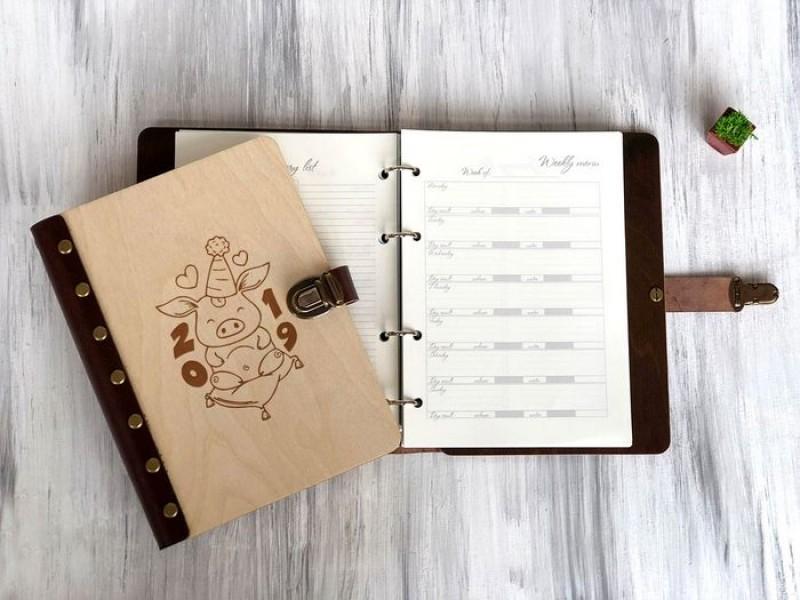 Блокнот-щоденник в дерев'яній обкладинці Свинка